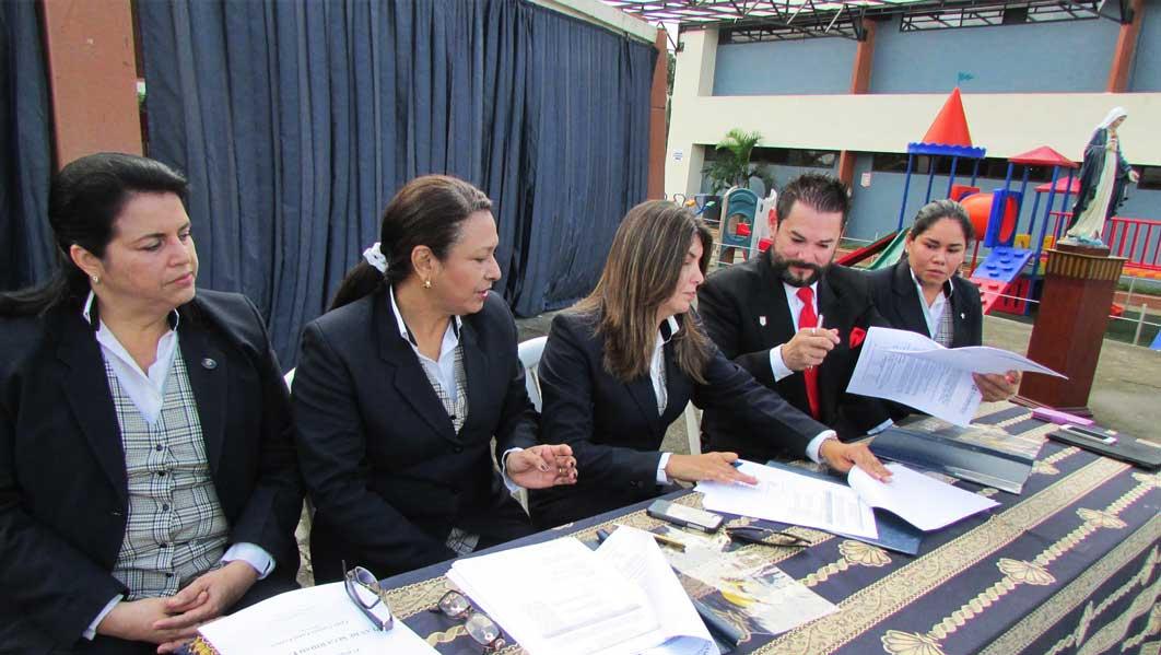 Firmando el Convenio