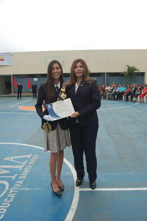 Miss Zaida Fadul Franco, directora de la UESMA, entrega reconocimiento a Maylen Salazar.